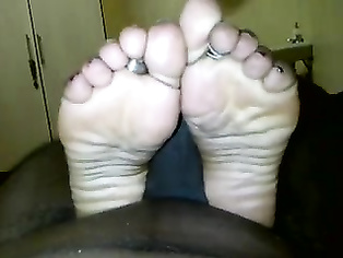 Indian wife Aradhana giving her husband a feet massage until he came on her feets!.