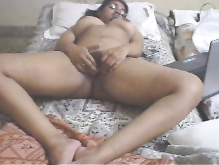 Desi Aunty Masturbating On Webcam.