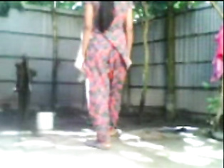Indian Desi Couple Fucking While Taking Outdoor Bath.