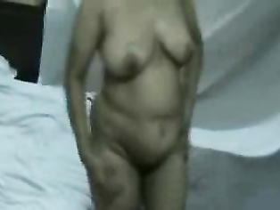 Ek mature aunty apne boobs dikha kar masti kar rahi he apne room me.